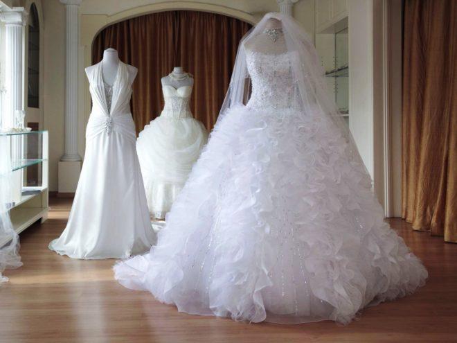 Любой свадебный салон имеет широкий выбор пышных свадебных платьев, пошитых из различных материалов